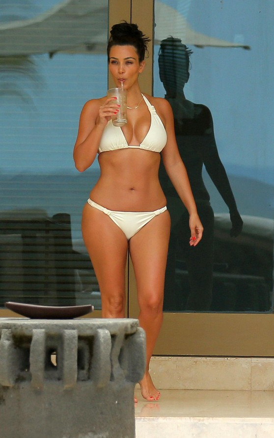 Kim-Kardashian-bikini-02