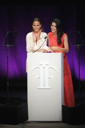 chrissy-teigen-fragrance-foundation-awards-2014_11