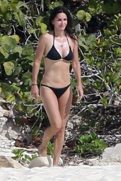 courteney-cox-wearing-a-bikini-on-the-beach-in-turks-and-caicos-june-2014_10