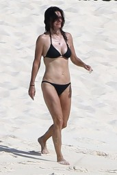 courteney-cox-wearing-a-bikini-on-the-beach-in-turks-and-caicos-june-2014_11
