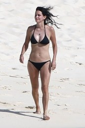 courteney-cox-wearing-a-bikini-on-the-beach-in-turks-and-caicos-june-2014_12