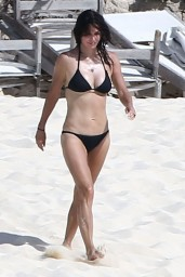 courteney-cox-wearing-a-bikini-on-the-beach-in-turks-and-caicos-june-2014_13
