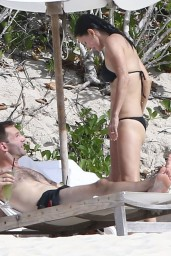courteney-cox-wearing-a-bikini-on-the-beach-in-turks-and-caicos-june-2014_17