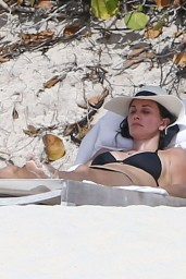 courteney-cox-wearing-a-bikini-on-the-beach-in-turks-and-caicos-june-2014_18