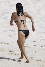courteney-cox-wearing-a-bikini-on-the-beach-in-turks-and-caicos-june-2014_2
