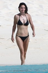 courteney-cox-wearing-a-bikini-on-the-beach-in-turks-and-caicos-june-2014_4