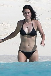 courteney-cox-wearing-a-bikini-on-the-beach-in-turks-and-caicos-june-2014_5
