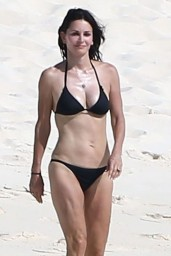 courteney-cox-wearing-a-bikini-on-the-beach-in-turks-and-caicos-june-2014_7