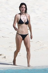 courteney-cox-wearing-a-bikini-on-the-beach-in-turks-and-caicos-june-2014_8