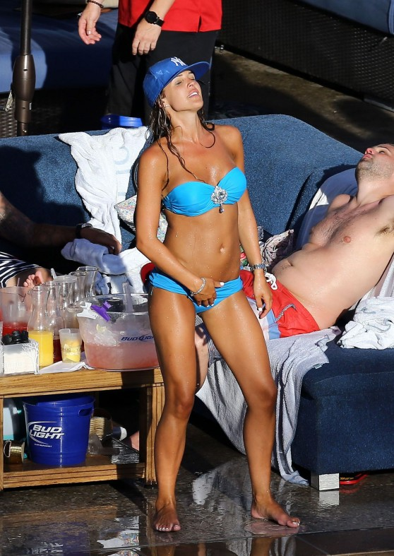 danielle-lloyd-bikini-candids-at-poolside-in-las-vegas-june-2014_29
