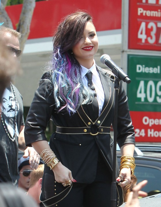 demi-lovato-performs-at-the-2014-pride-parade-in-west-hollywood_4