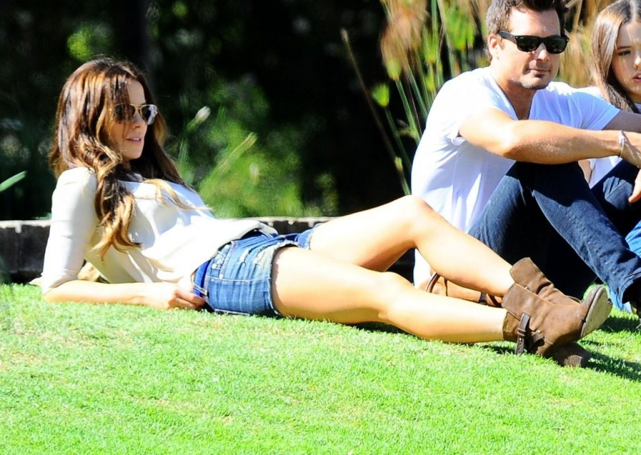 Kate Beckinsale Shows Off Long Legs At A Park In