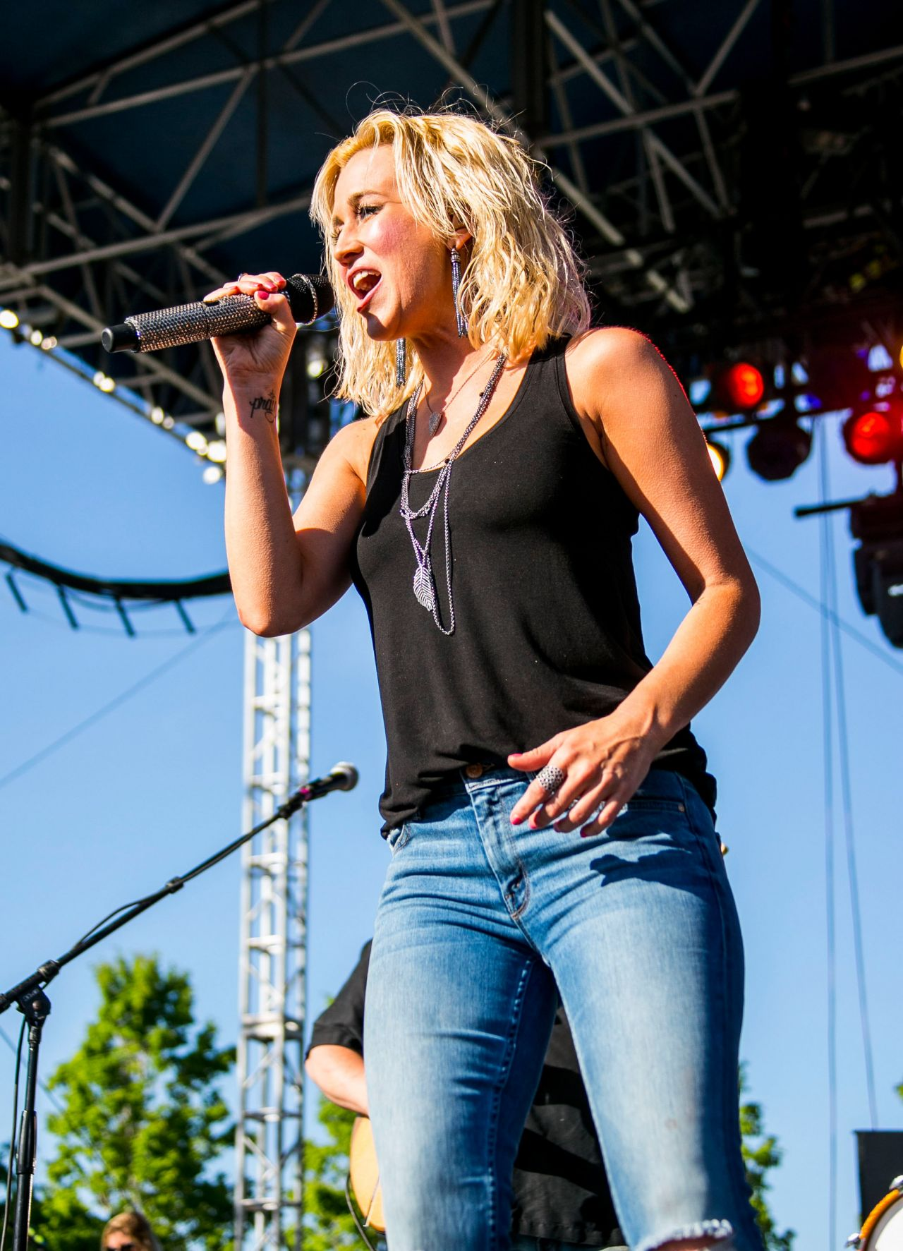 Kellie Pickler Performs at 2014 WYCD Downtown Hoedown in Detroit