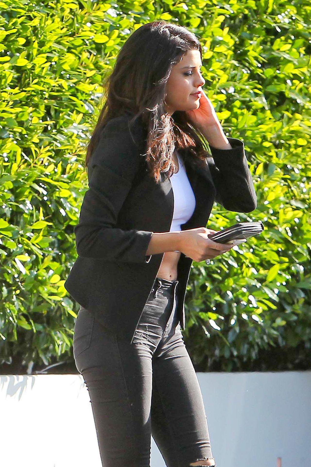 Selena Gomez Casual Style At Cecconi S Restaurant In