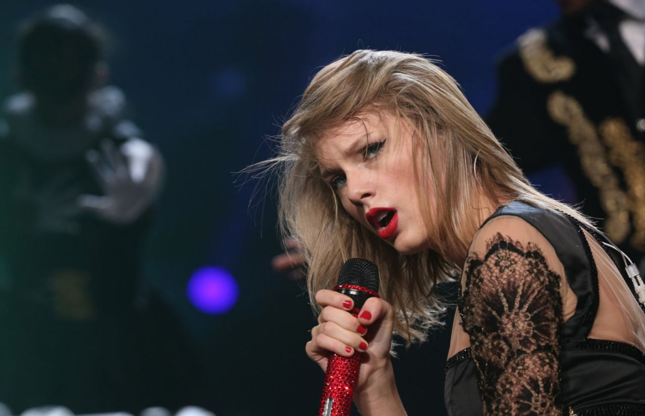 Taylor Swift Performs at RED Tour in Tokyo - June 2014