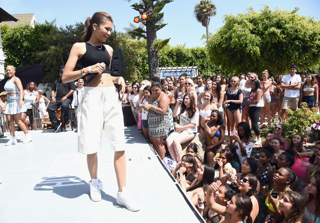 Zendaya coleman performs at the hollister house in santa for Hollister house