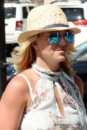 Britney Spears Out in Shorts - Grocery Shopping in Thousand Oaks - July 2014
