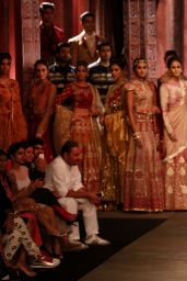 Kangana Ranaut - Anju Modi Fashion Show - July 2014