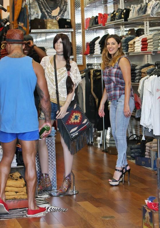 kelly-brook-with-her-boyfriend-shopping-in-la-july-2014_19