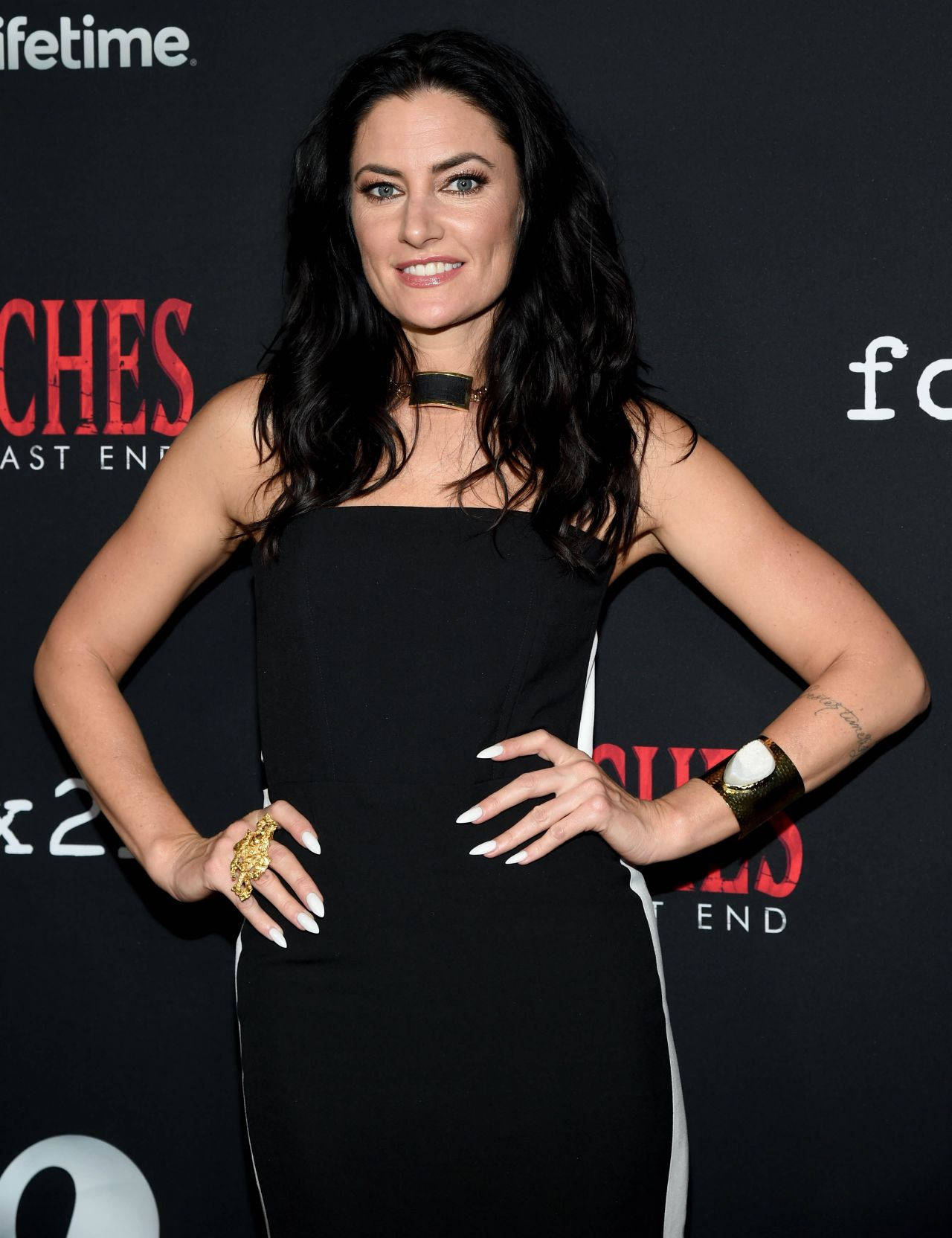 Madchen amick 39 witches of east end 39 season 2 premiere for Kinderzimmerlampe madchen