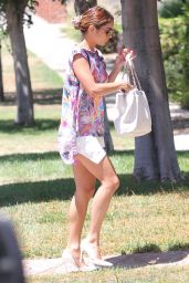 Vanessa Hudgens Casual Style - Heads to a Friend
