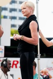 Jaime Pressly on the Set of Extra in Universal City - August 2014