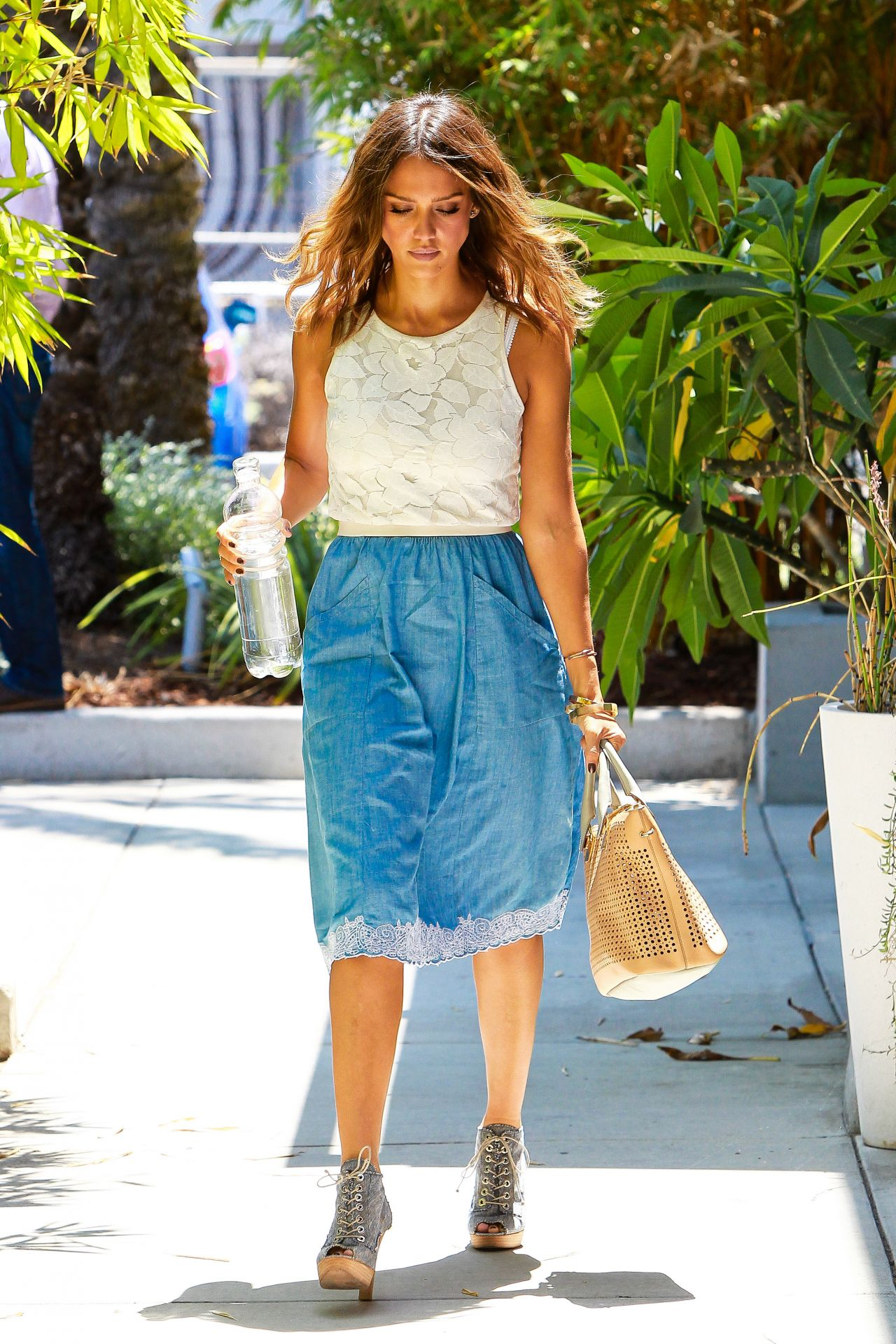 jessica alba casual style arriving at her office in
