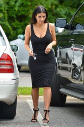Kim Kardashian & Kourtney Kardashian - Visiting Kim