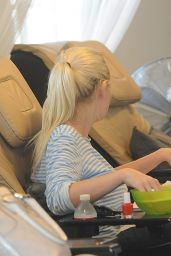 Kirsten Dunst Getting Her Nails Done in Los Angeles - August 2014