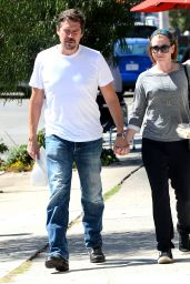 Alyson Hannigan Street Style - Gets Lunch at Toast in Los Angeles, Sept. 2014