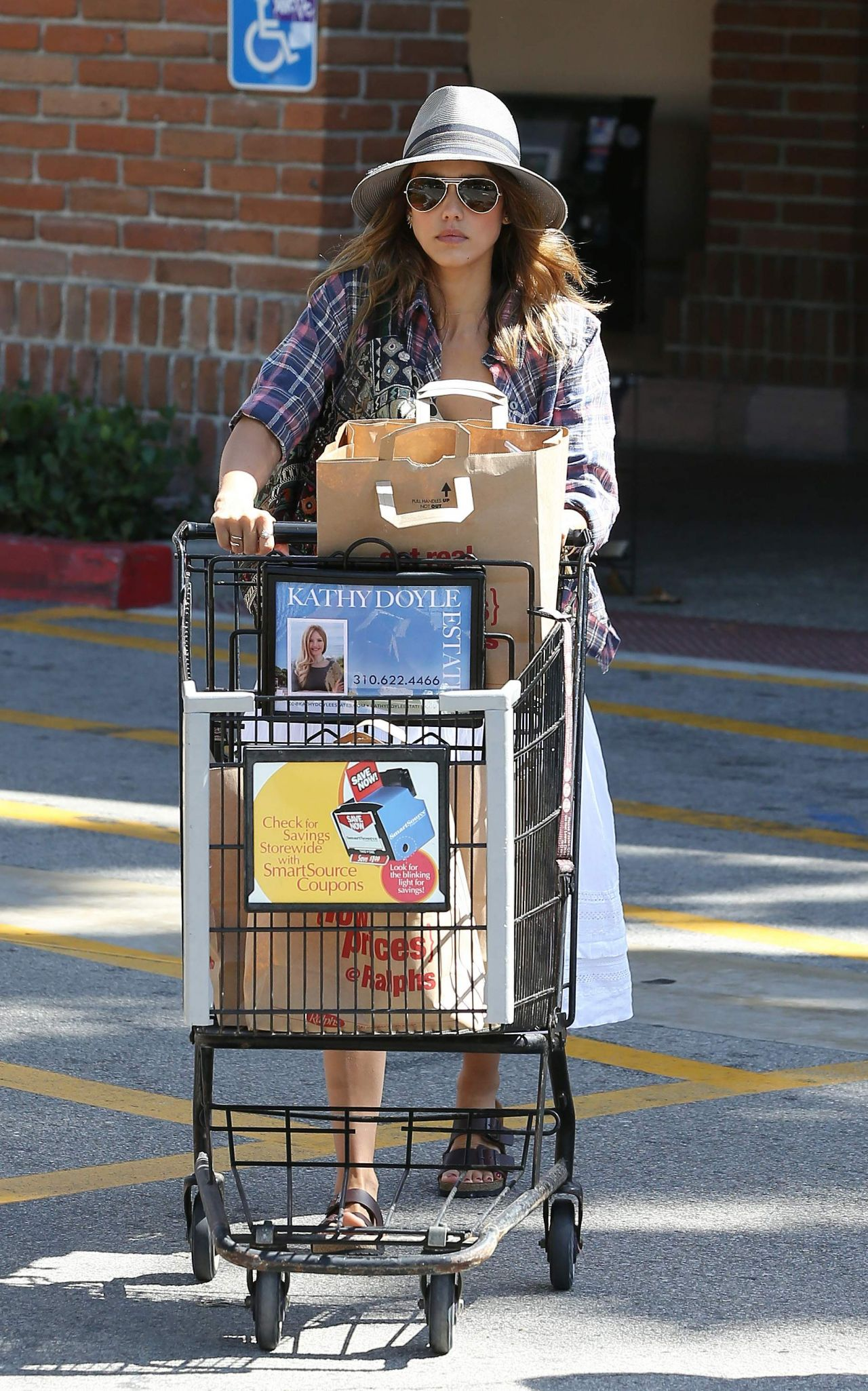 Jessica Alba Shopping at Ralphs in Malibu - August 2014