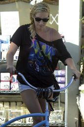 Kesha in Jeans Shorts - Out along Abbot Kinney Boulevard in Venice, California