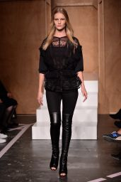 Rosie Huntington-Whiteley - Paris Fashion Week - Givenchy Spring-Summer 2015 Catwalk
