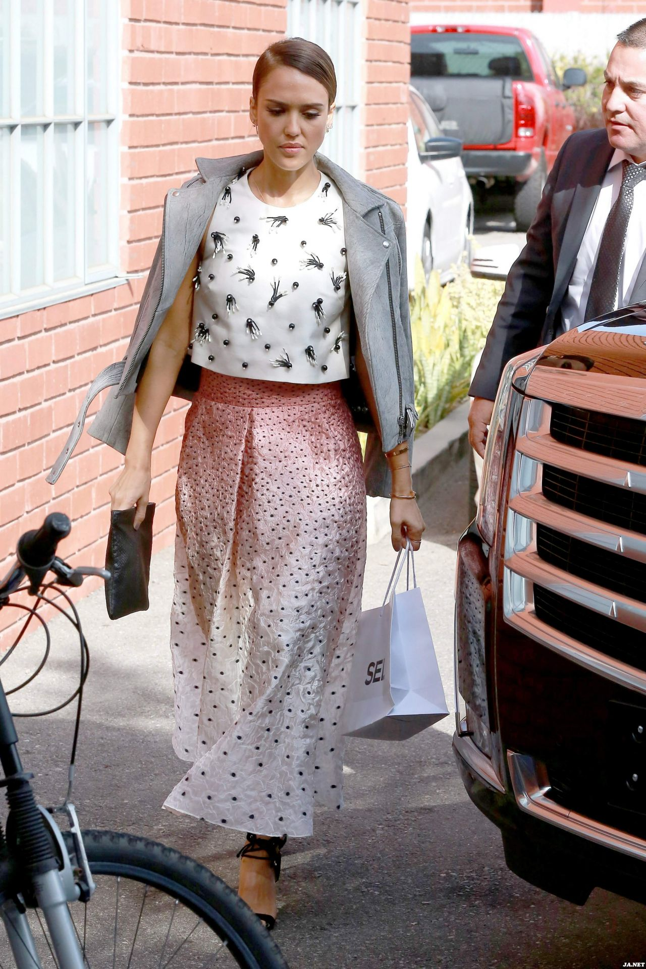 Jessica Alba Heads to a Production Building for a Meeting in Los Angeles - October 2014