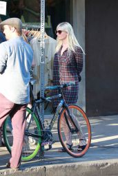 Kirsten Dunst Street Style - at The Oaks Gourmet Market in Hollywood Hills, Sept. 2014