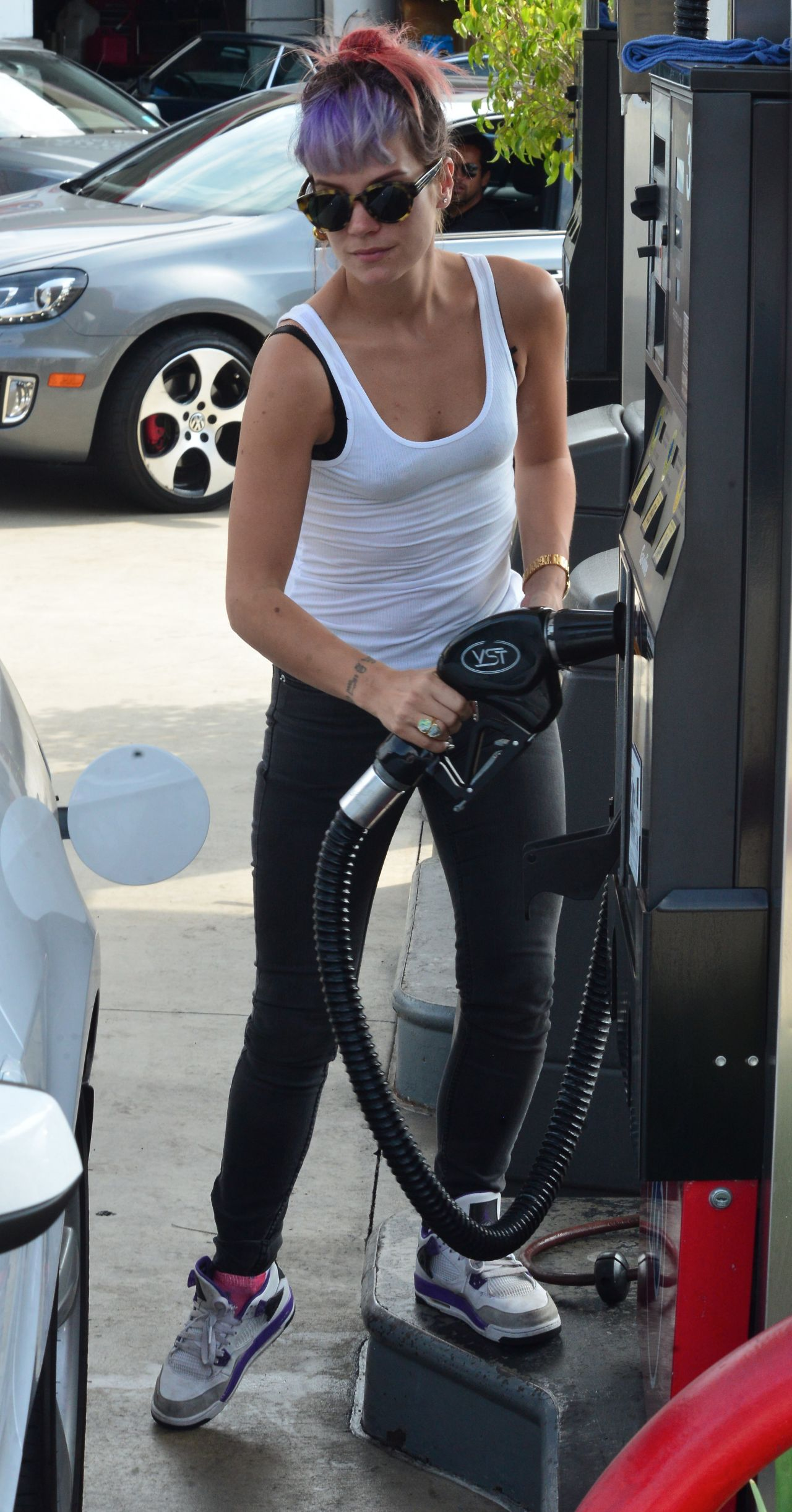 Lilly Allen - Stops at a Gas station in Brentwood, Oct. 2014
