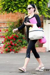 Reese Witherspoon Booty in Tights - Going to Yoga Class in Brentwood, Oct. 2014