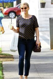 Reese Witherspoon Shopping for Bakeware at Williams-Sonoma - October 2014
