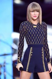 Taylor Swift Performs in concert at
