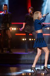 Taylor Swift Performs on