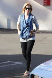 Elizabeth Banks in Tight Jeans - Out in Los Angeles - November 2014