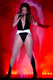 Jennifer Lopez Performs at 2014 American Music Awards in Los Angeles