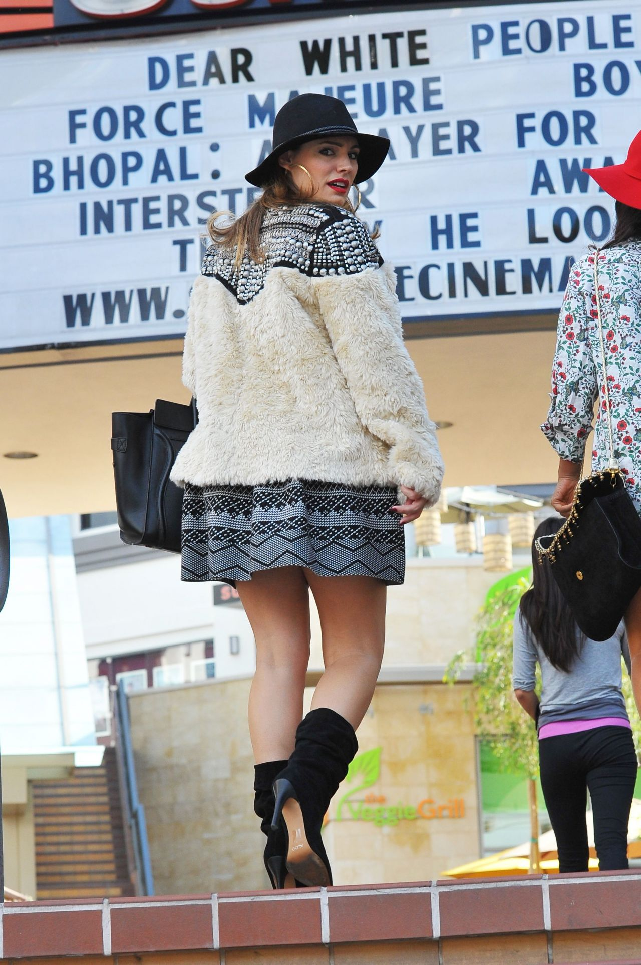 Kelly Brook in a Skirt Out Shopping in Los Angeles, November 2014