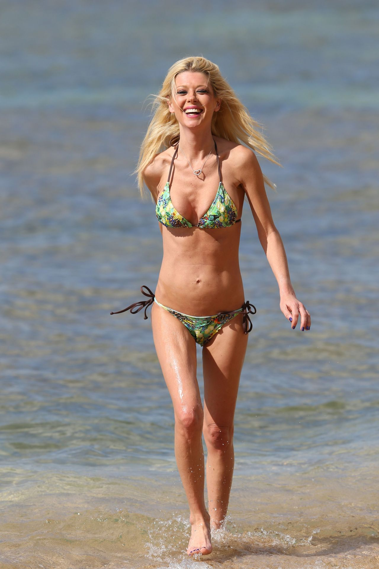 Tara Reid Shows Off Her Bikini Body At A Beach In Hawaii