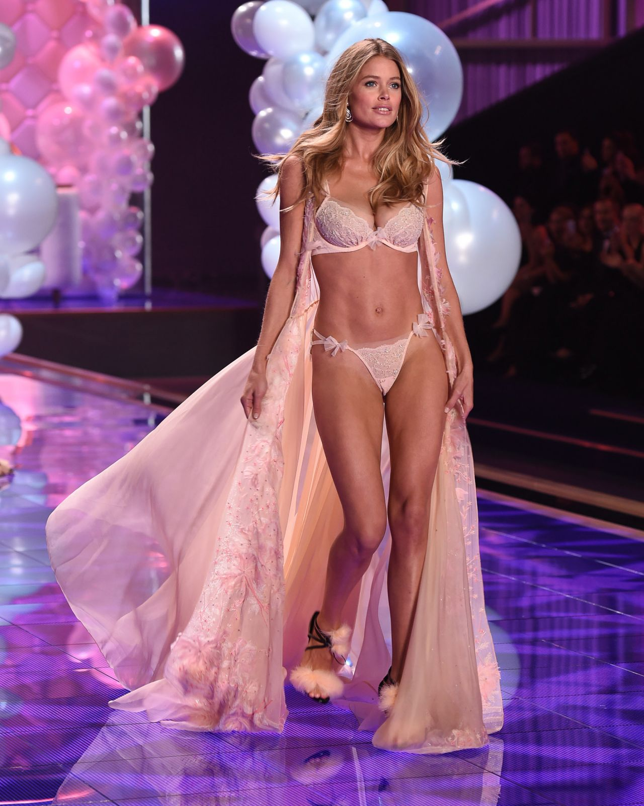 91a9318068 Doutzen Kroes – 2014 Victoria s Secret Fashion Show – Runway in London