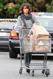 Halle Berry Street Style - Stocks up on Groceries at Bristol Farms in Beverly Hills - Dec. 2014