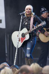 Miranda Lambert Performs at the Belk Bowl in Charlotte, December 2014
