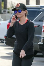 Reese Witherspoon in Leggings - Stops by the Brentwood Country Mart After Her Workout - Dec. 2014