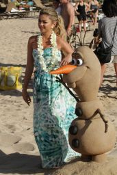 Sarah Hyland in Hawaii – Filming a Disney Christmas Special (Part 2)