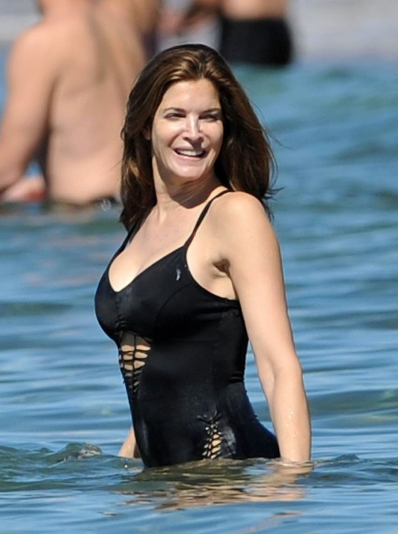 stephanie-seymour-in-black-swimsuit-in-hawaii-december-2014_14